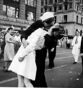 El beso de Time Square_de_locos_y_enajenados